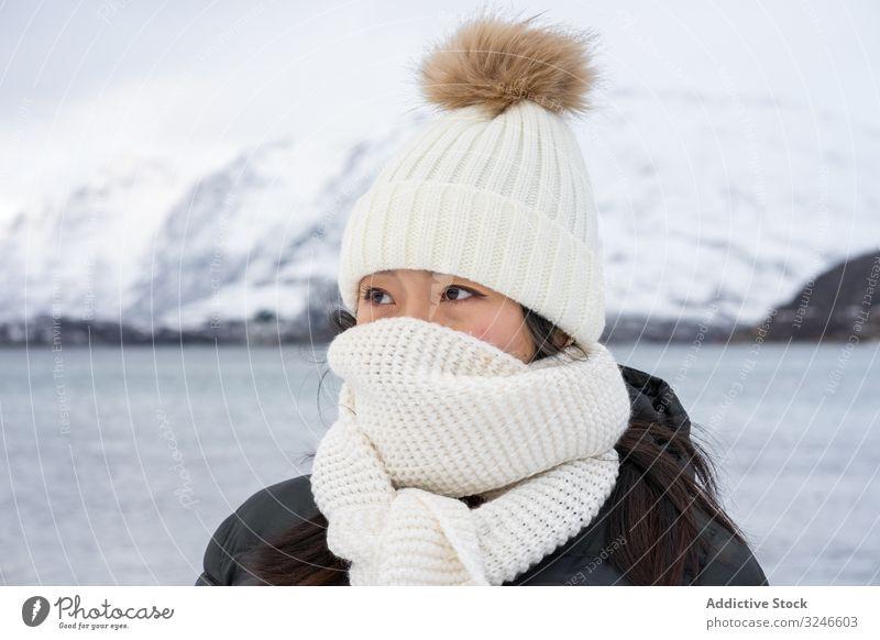 Fröhliche junge Frau in warmer Kleidung heiter Winter Freude Norwegen kaldfjorden Schal Schönheit natürlich Lächeln Straße Charme Vorschein charismatisch Art