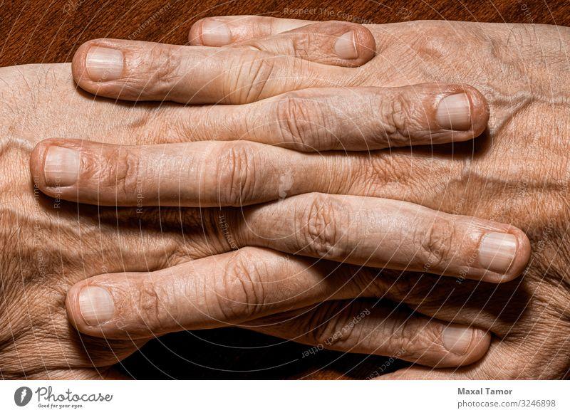 Detail Männerhände schön Körper Haut Mensch Mann Erwachsene Hand Finger Holz alt dunkel natürlich stark Kraft Farbe Aktion Hintergrund Pflege Kaukasier Entwurf