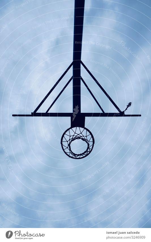Basketballkorb-Silhouette und blauer Himmel auf der Straße Reifen Korb kreisen Kette Metall Tennisnetz Sport Sportgerät Spielen spielerisch alt Park Spielplatz