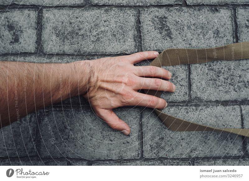 Menschenhand am Boden Hand Stein Finger Handfläche Körperteil Handgelenk Arme Haut gestikulieren Entwurf Symbole & Metaphern Außenaufnahme Straße Gefühle