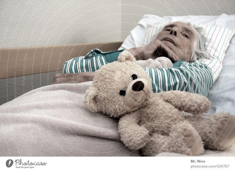 maskottchen | von anfang bis ende Gesundheit Seniorenpflege Krankenpflege feminin Großmutter 60 und älter liegen Traurigkeit Sorge Tod Müdigkeit Erschöpfung