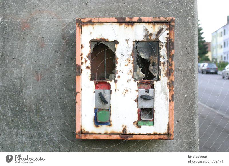 Ausgebrannt Wand Beton leer kaputt obskur hässlich Süßwaren Kaugummi Automat Ernährung Vandalismus Betonwand ausgebrannt
