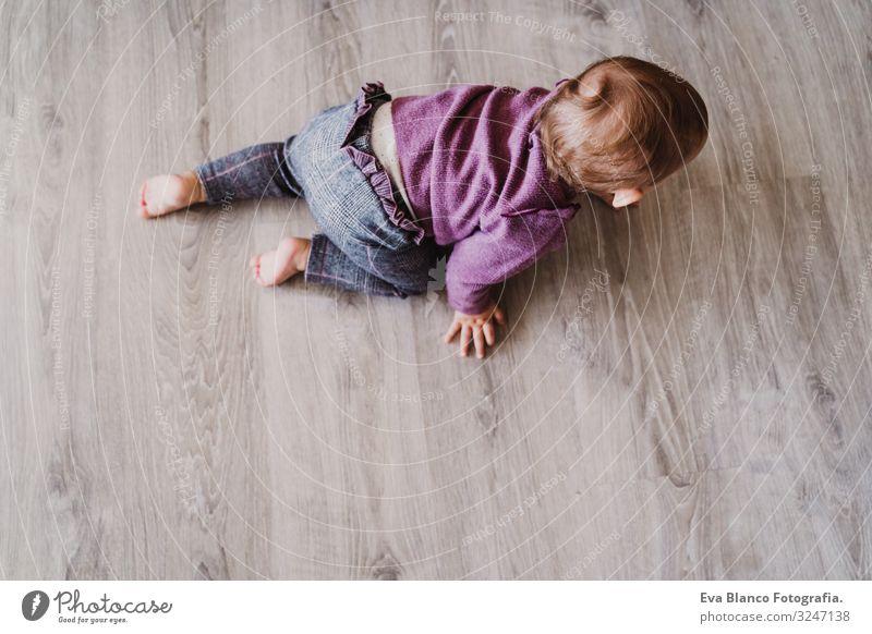 Porträt eines schönen kleinen Mädchens, das zu Hause krabbelt. Lifestyle Freude Freizeit & Hobby Spielen Kindergarten Mensch feminin Baby Kleinkind Kindheit 1