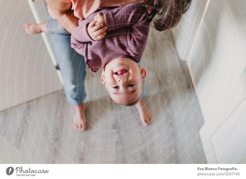 junge Mutter zu Hause, die mit ihrem bezaubernden einjährigen Mädchen spielt. Familienzeit Lifestyle Freude Glück schön Freizeit & Hobby Spielen Kindererziehung