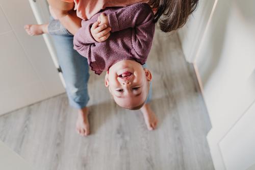 junge Mutter zu Hause, die mit ihrem kleinen Mädchen spielt. Lifestyle Freude Glück schön Freizeit & Hobby Spielen Kindererziehung feminin Baby Kleinkind