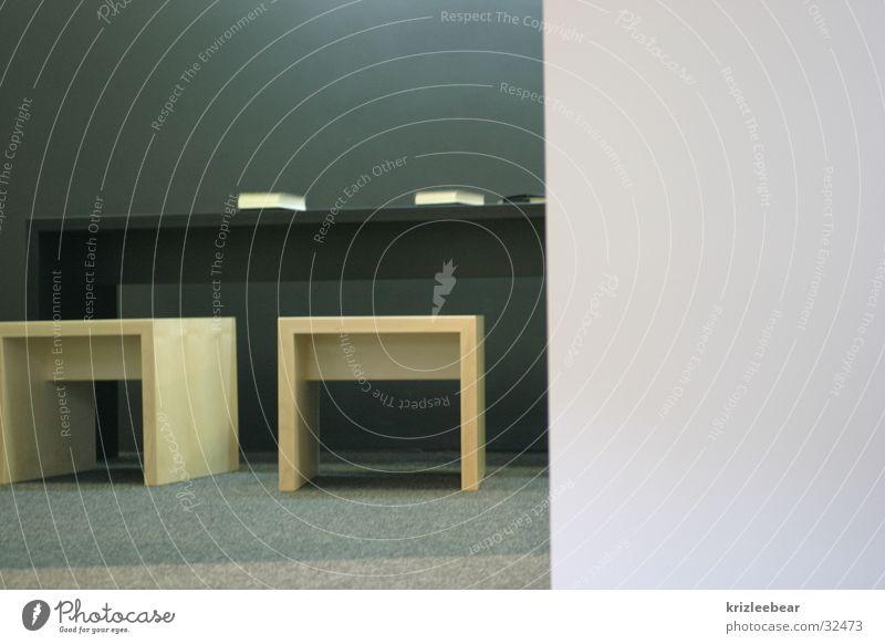 stell dir vor es ist bildung und keiner geht hin schwarz Wand Holz grau Buch sitzen Tisch leer lesen Stuhl Bildung Schreibtisch Messe Ausstellung unpersönlich