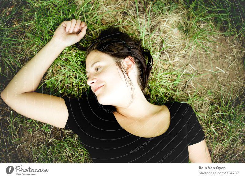 Mensch Jugendliche grün Erholung Mädchen Junge Frau Erwachsene 18-30 Jahre feminin Gras lachen Lächeln Fröhlichkeit genießen schwarzhaarig