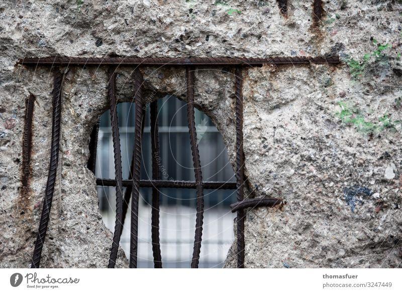 vergittertes Loch in der Berliner Mauer Tourismus Freiheit Sightseeing Städtereise Hauptstadt Stadtzentrum Bauwerk Wand Sehenswürdigkeit Wahrzeichen Beton Stahl