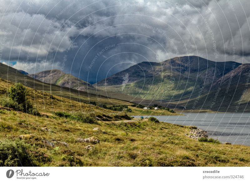 # 764 Schottland Highlands Isle of Skye dunkel Wetter Regen Wolken bedrohlich Gras Natur beeindruckend Meer Fjord Haus