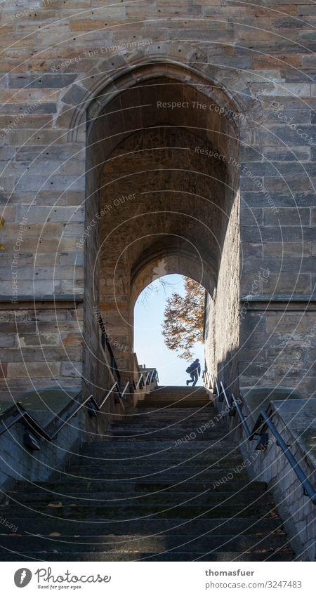 auf der Flucht Mensch Architektur Religion & Glaube Wand Wege & Pfade Deutschland Mauer Angst Treppe maskulin Kirche Perspektive laufen Schönes Wetter