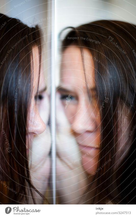 gemeinsam einsam feminin Frau Erwachsene Leben Gesicht 1 Mensch 18-30 Jahre Jugendliche 30-45 Jahre Spiegel authentisch Gefühle Stimmung Langeweile Traurigkeit