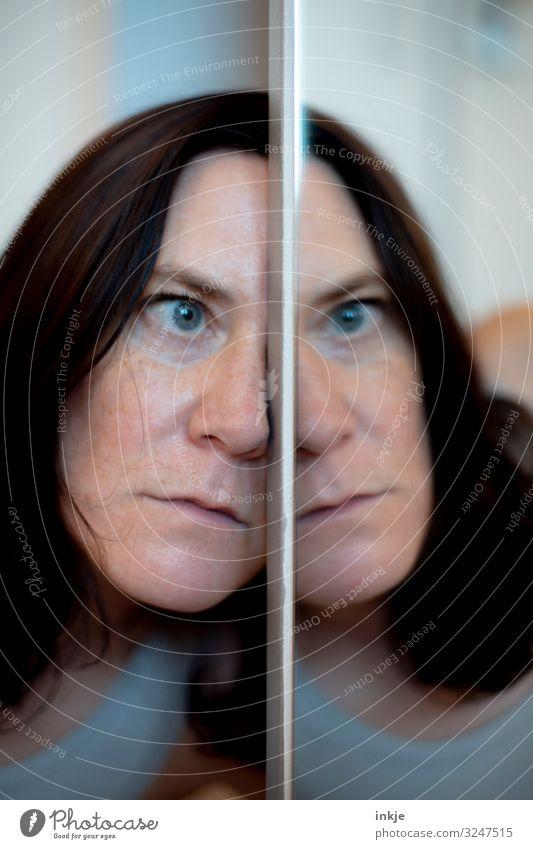Frau, schräg Erwachsene Leben Gesicht 1 Mensch 30-45 Jahre Spiegel authentisch außergewöhnlich lustig Langeweile Traurigkeit Trauer Unlust Identität einzigartig
