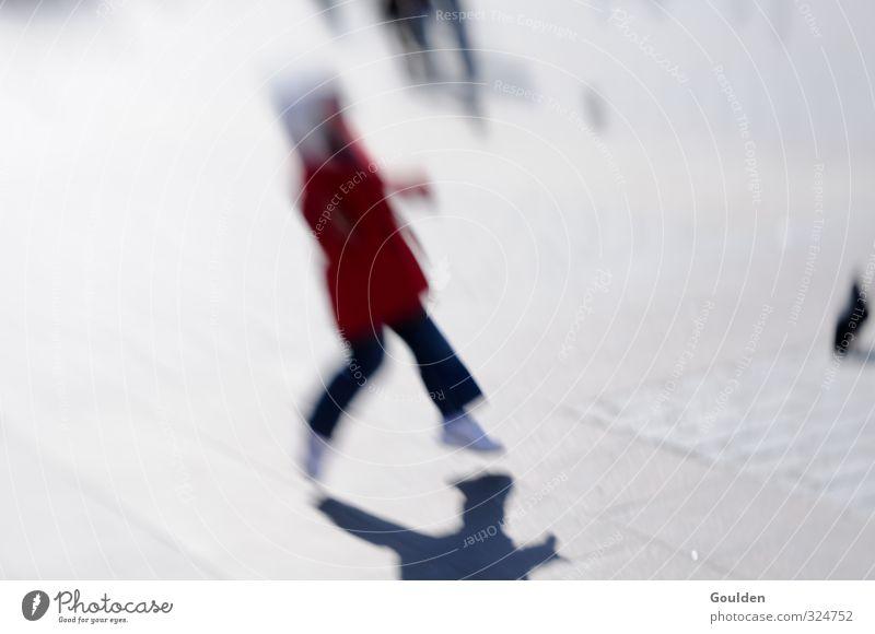 flüchtig 2 Mensch Kind Spielen Kindheit Kindheitserinnerung 1 3-8 Jahre Stadt Stadtzentrum Fußgänger Tier Vogel Taube Tiergruppe Stein beobachten gehen laufen