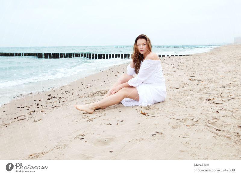 Junge Frau am Ostseestrand Stil Freude schön Wellness Leben Ausflug Jugendliche Erwachsene Beine 30-45 Jahre Natur Landschaft Sand Wasser Schönes Wetter Strand