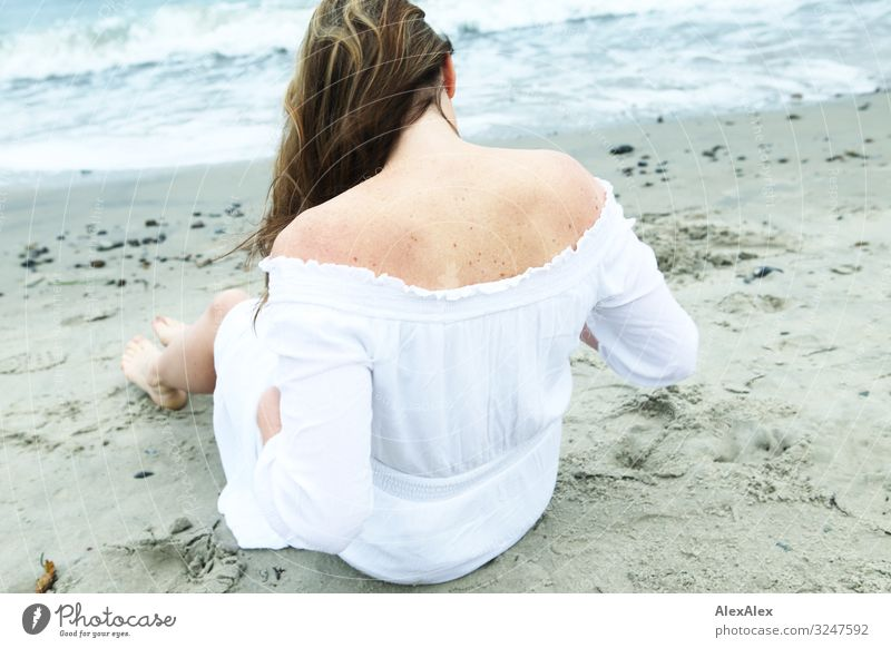 Frau in weißem Kleid am Strand Stil Freude schön Wellness Leben Ausflug Junge Frau Jugendliche Erwachsene Rücken 30-45 Jahre Natur Sand Wasser Schönes Wetter