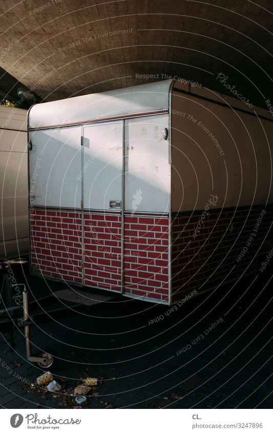 abschottung Menschenleer Brücke Mauer Wand Tür Verkehr Verkehrsmittel Fahrzeug Wohnmobil Wohnwagen Müll authentisch dreckig trist Fernweh Einsamkeit Angst
