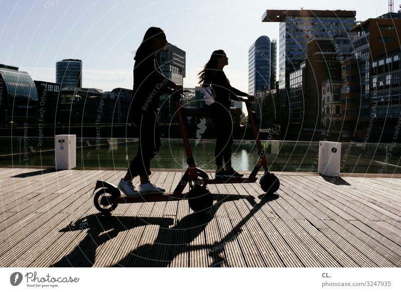 e-scooter Mensch Jugendliche Junge Frau Stadt Freude Mädchen Architektur Lifestyle Leben Wege & Pfade feminin Bewegung Freiheit Freundschaft Freizeit & Hobby