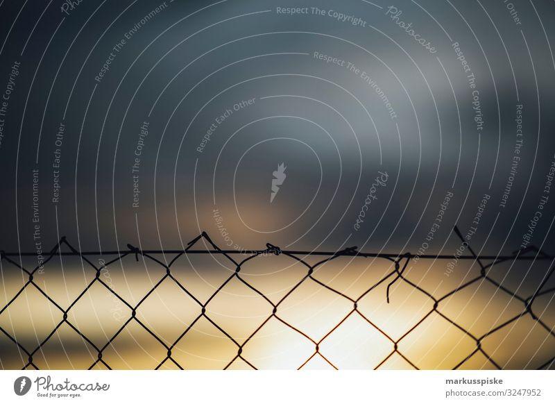 Maschendrahtzaun Grenzsicherung Migration Häusliches Leben Wohnung Garten Zaun Grenze Ziel Metall berühren kämpfen bedrohlich dunkel Unendlichkeit Angst