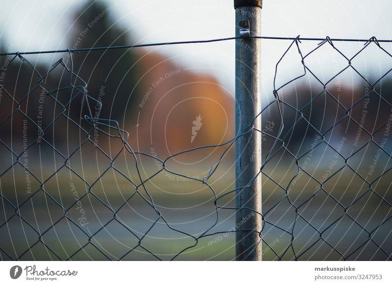 Maschendrahtzaun Grenzsicherung Migration Häusliches Leben Wohnung Garten Bildung Wirtschaft Mensch Menschengruppe Menschenmenge Metall Angst Entsetzen