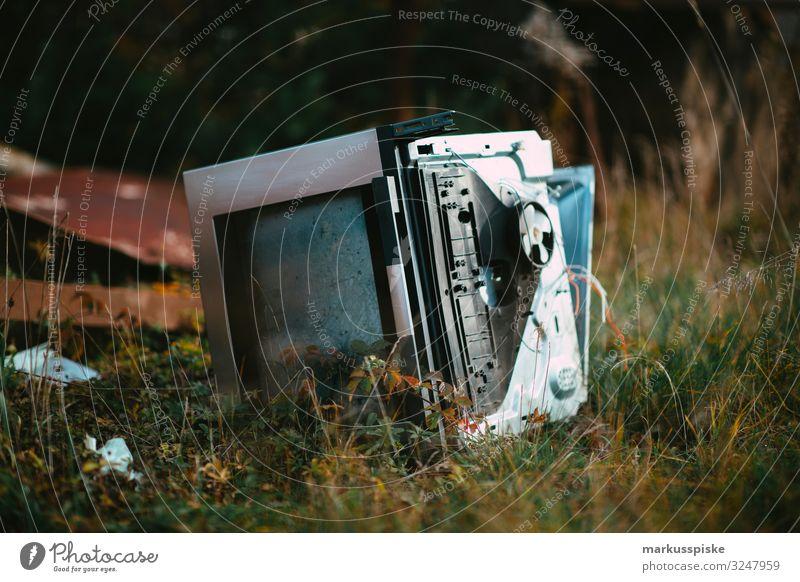 Illegale Müllentsorgung Umweltverschmutzung Reichtum Fernseher Technik & Technologie Unterhaltungselektronik Mensch Wiese Feld Wald Fernsehen schauen kaputt