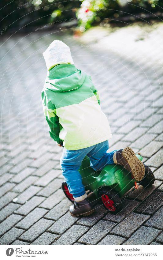 Junge mit Spielfahrzeug Kind Mensch Freude Familie & Verwandtschaft Bewegung Glück Spielen Zufriedenheit Körper Kindheit Fröhlichkeit Abenteuer entdecken fahren