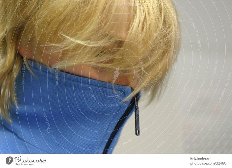 trainingsjacke Mann blau blond geschlossen verstecken Reißverschluss
