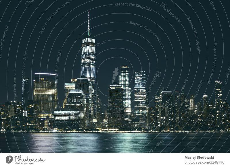 Manhattan-Panorama bei Nacht, USA. Arbeitsplatz Büro Himmel Wolkenloser Himmel Fluss Stadt Skyline bevölkert überbevölkert Hochhaus Gebäude Architektur