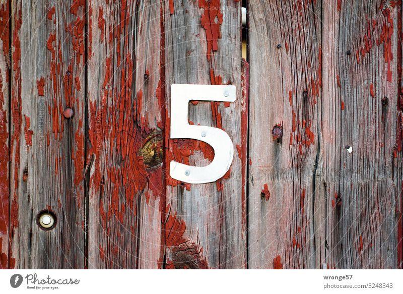 5 Tage bis Heiligabend Holz Metall Ziffern & Zahlen grau rot silber Tür Holztür Hausnummer Farbfoto Gedeckte Farben Außenaufnahme Nahaufnahme Menschenleer