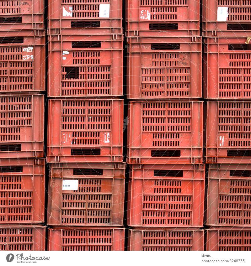Hochstapler | wörtlich genommen Kisten Gemüsekisten Markt kunststoff stapelware gestapelt rot etikett durchlässig schlitz handgriff aufgestellt