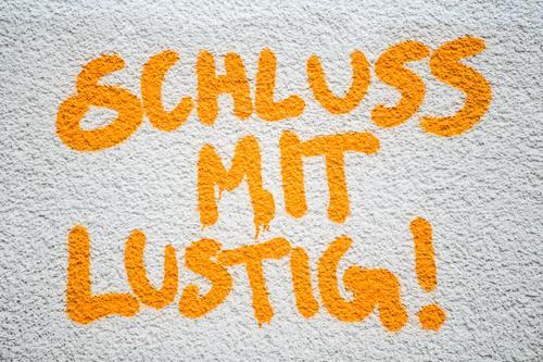 Schluss mit lustig! weiß Graffiti gelb Business Stein Schriftzeichen Zukunft Zeichen Bildung Wut Verfall Stress Ende Gesellschaft (Soziologie) Irritation