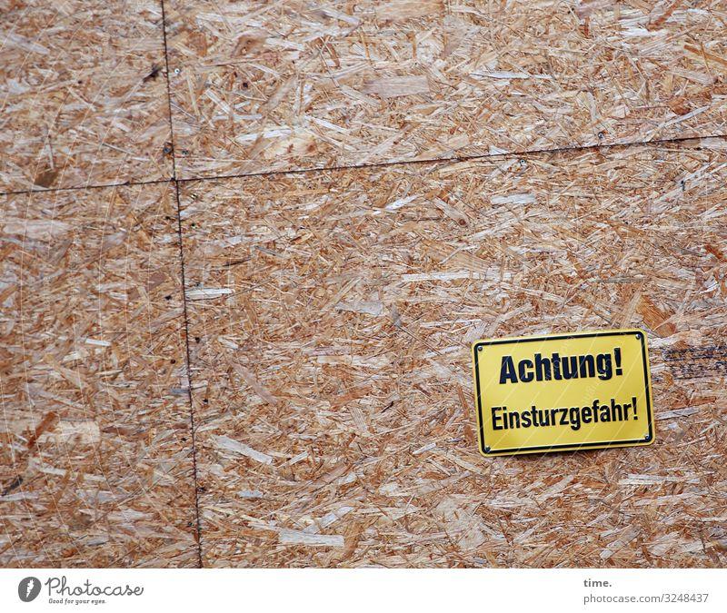 Vorwarnung für Fotograf*innen | Geschriebenes Holz Linie Schriftzeichen Ordnung Schilder & Markierungen Vergänglichkeit Hinweisschild Vergangenheit Baustelle
