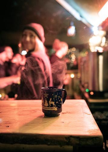 Glühwein vor Weihnachten Lebensmittel Getränk trinken Heißgetränk Alkohol Tasse Becher Feste & Feiern Weihnachten & Advent Jahrmarkt Pullover genießen Glück