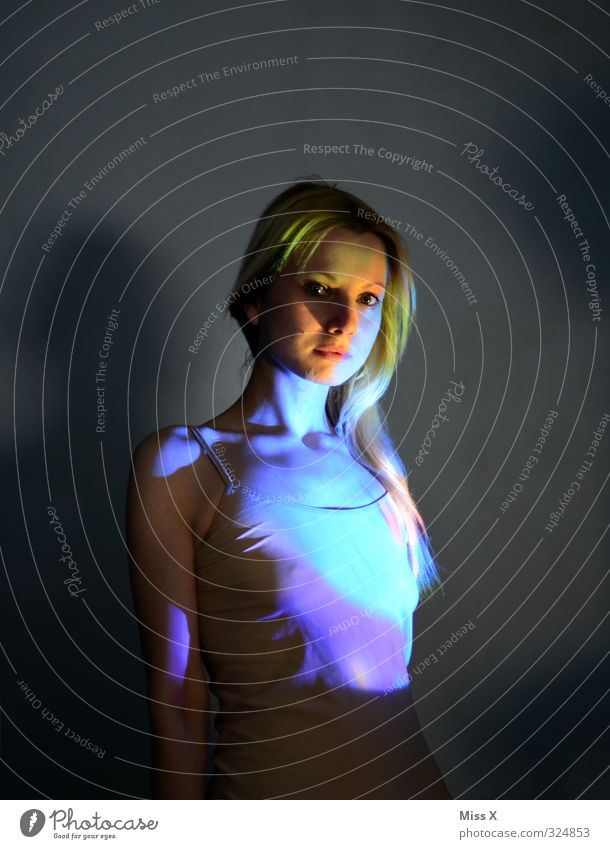 Leuchten Mensch Jugendliche schön Junge Frau Erwachsene 18-30 Jahre feminin Gefühle Beleuchtung blond leuchten Euphorie Regenbogen Scheinwerfer strahlend regenbogenfarben