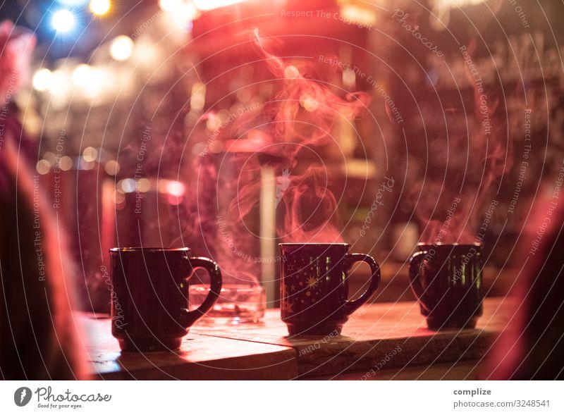 Heißer Glühwein auf dem Weihnachtsmarkt Lebensmittel Ernährung Getränk Heißgetränk Alkohol Feste & Feiern Weihnachten & Advent Silvester u. Neujahr Jahrmarkt