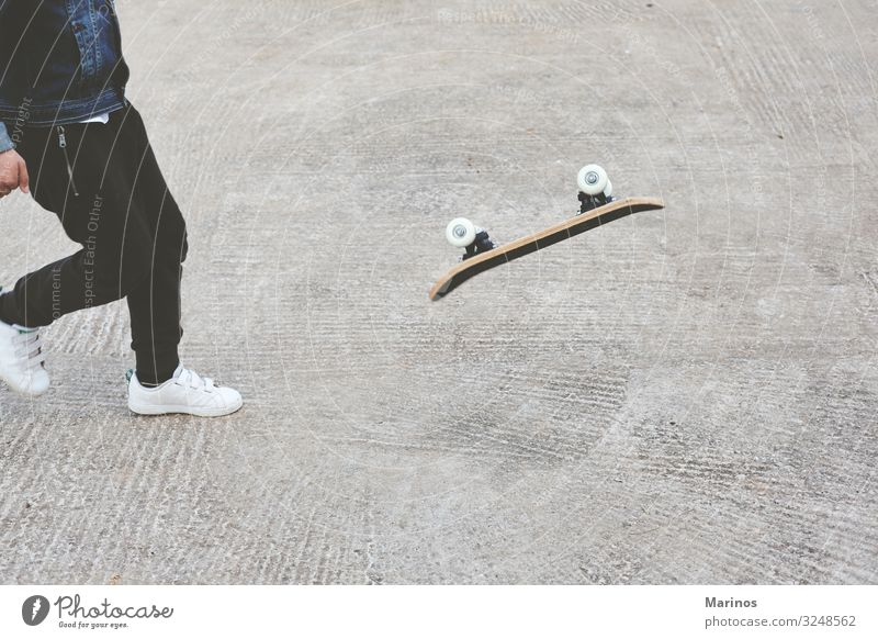 Kleiner Skateboarder, der einen Skateboard-Trick macht. Lifestyle Freude sportlich Sommer Sport Sportler Kind Mensch Junge Mann Erwachsene Jugendliche Körper 1