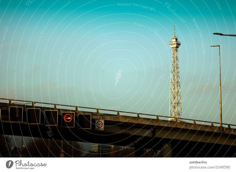 Funkturm in Berlin Dunst Nebel Herbst Menschenleer November Stadt Textfreiraum Stadtleben Turm Wahrzeichen Bauwerk Gebäude Autobahn Brücke Verkehr