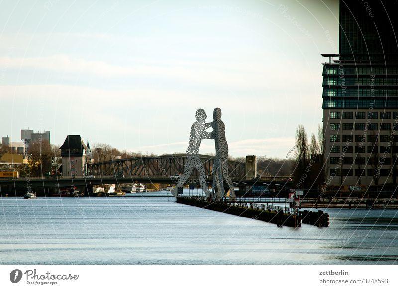 Molecule Man molecule man Skulptur Denkmal monumental groß Berlin Großstadt Hauptstadt Herbst Menschenleer Berlin-Mitte Friedrichshain Kreuzberg Treptow Skyline