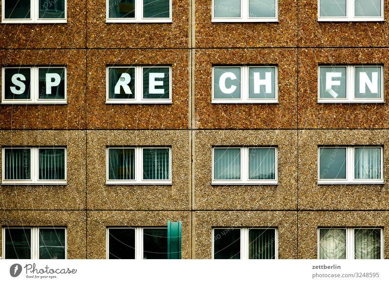 SP RE CH EN Stadt Haus Fenster sprechen Berlin Gebäude Schule Fassade Stadtleben Häusliches Leben Schriftzeichen Schulgebäude Buchstaben Wahrzeichen Hauptstadt