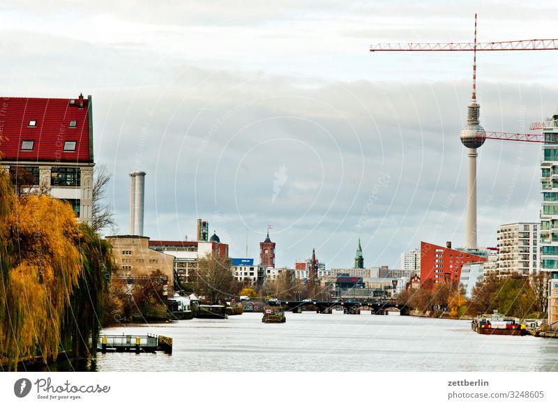 Spree in Mitte Berlin Hauptstadt Großstadt Berliner Fernsehturm Gebäude Haus Herbst Menschenleer Berlin-Mitte Stadtzentrum Skyline Textfreiraum Stadtleben
