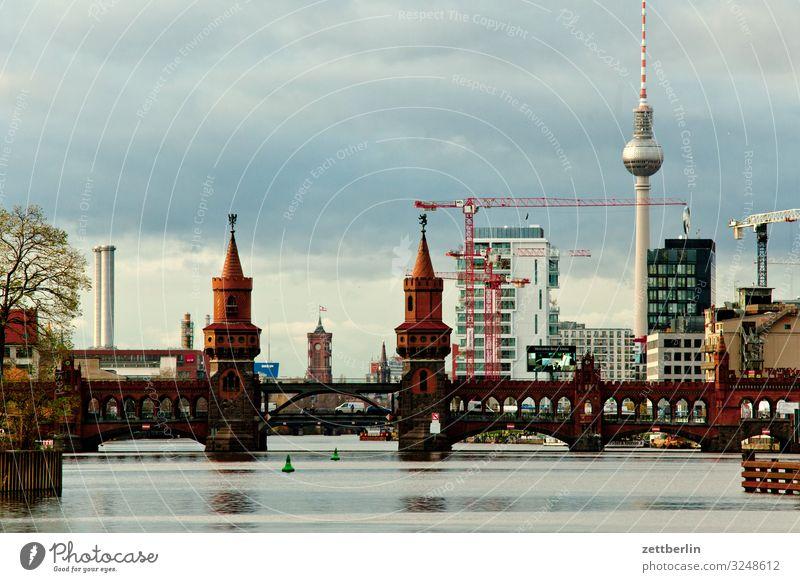 Oberbaumbrücke Berlin Großstadt Berliner Fernsehturm Gebäude Hauptstadt Haus Herbst Menschenleer Berlin-Mitte Rotes Rathaus Skyline Spree Stadt Textfreiraum