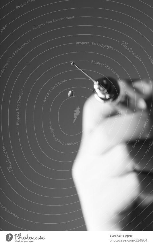 Hand Angst Tropfen Scharfer Gegenstand Flüssigkeit Medikament stechend Nadel Spritze liquide Monochrom Impfung