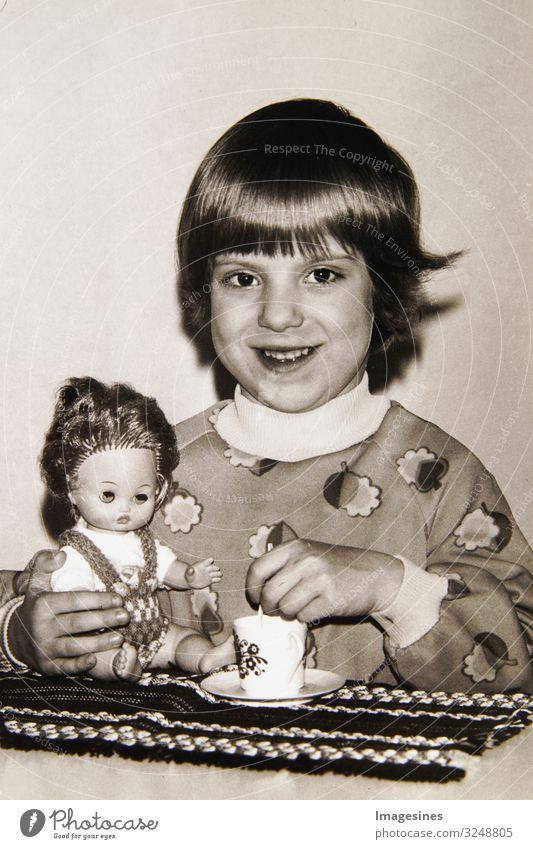 Altes Foto, Portrait kleines Mädchen mit einer Puppe in den Händen. Kindergarten Foto im Retro Stil Kindererziehung Kindergartenkind Mensch feminin Kleinkind