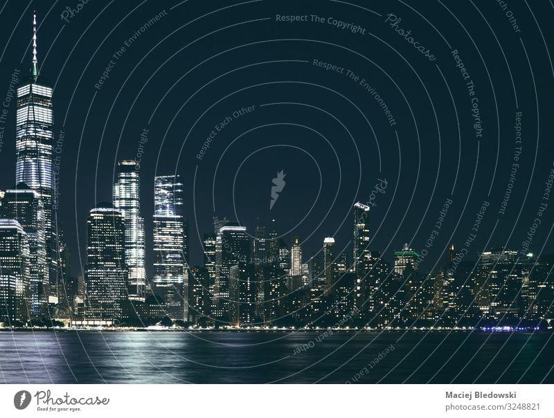 Manhattan-Panorama bei Nacht, USA. Lifestyle kaufen Reichtum elegant Design Geld Ferien & Urlaub & Reisen Sightseeing Städtereise Häusliches Leben Wohnung Büro