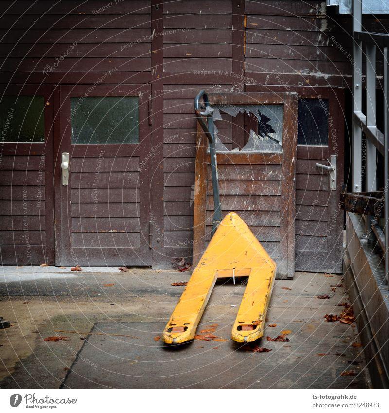 Hubwagen fährt Amok Haus Bauwerk Gebäude Mauer Wand Tür Holzhaus Holzfassade Verkehrsmittel Verkehrsunfall Scherbe Fensterscheibe Handwagen Sackkarre Glas alt