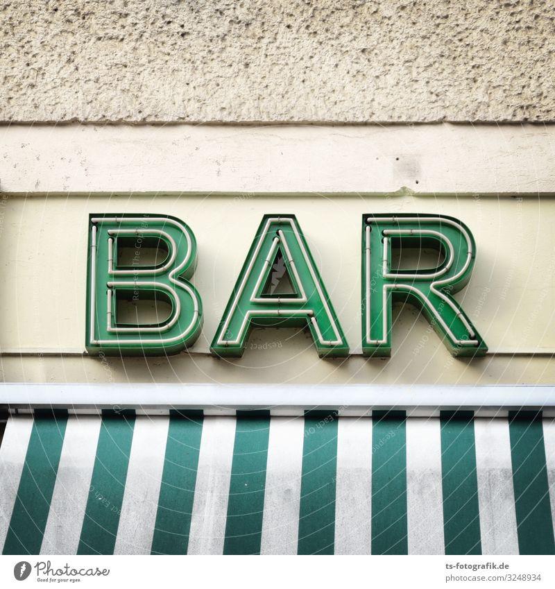 Endlich zu Hause! Stadt grün weiß Essen Lifestyle Wand Feste & Feiern Gebäude Mauer Fassade Ausflug Freizeit & Hobby Schriftzeichen Schilder & Markierungen