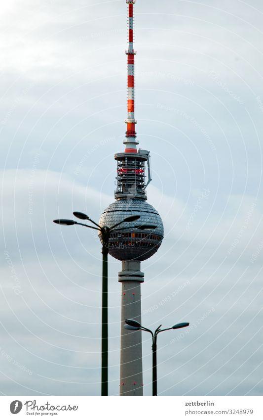 Ein Fernsehturm und zwei Laternen Berlin Großstadt Berliner Fernsehturm Gebäude Hauptstadt Haus Herbst Menschenleer Berlin-Mitte Skyline Stadt Textfreiraum