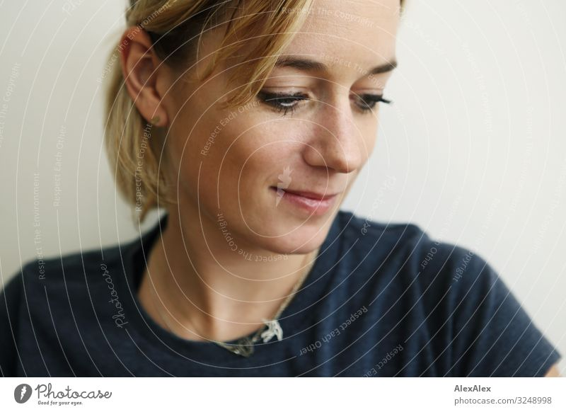 1600 | Portrait einer jungen Frau Stil Freude schön Wohlgefühl Sinnesorgane Junge Frau Jugendliche Erwachsene Gesicht 30-45 Jahre T-Shirt blond langhaarig