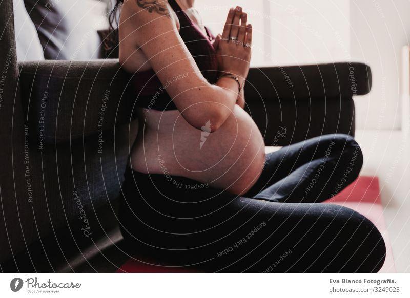 junge schwangere Frau, die zu Hause Yoga-Sport betreibt. gesunde Lebensweise heimwärts Gesundheit Lifestyle Jugendliche