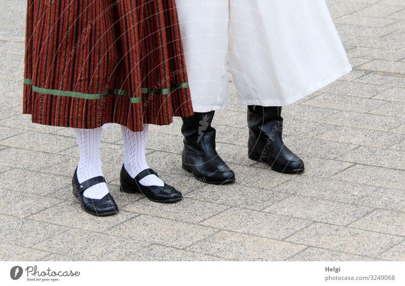 Detailaufnahme eines Paares in Tracht mit Rock, Hose, Schuhen und Strümpfen Freizeit & Hobby Feste & Feiern Mensch Beine Fuß 2 45-60 Jahre Erwachsene Bekleidung