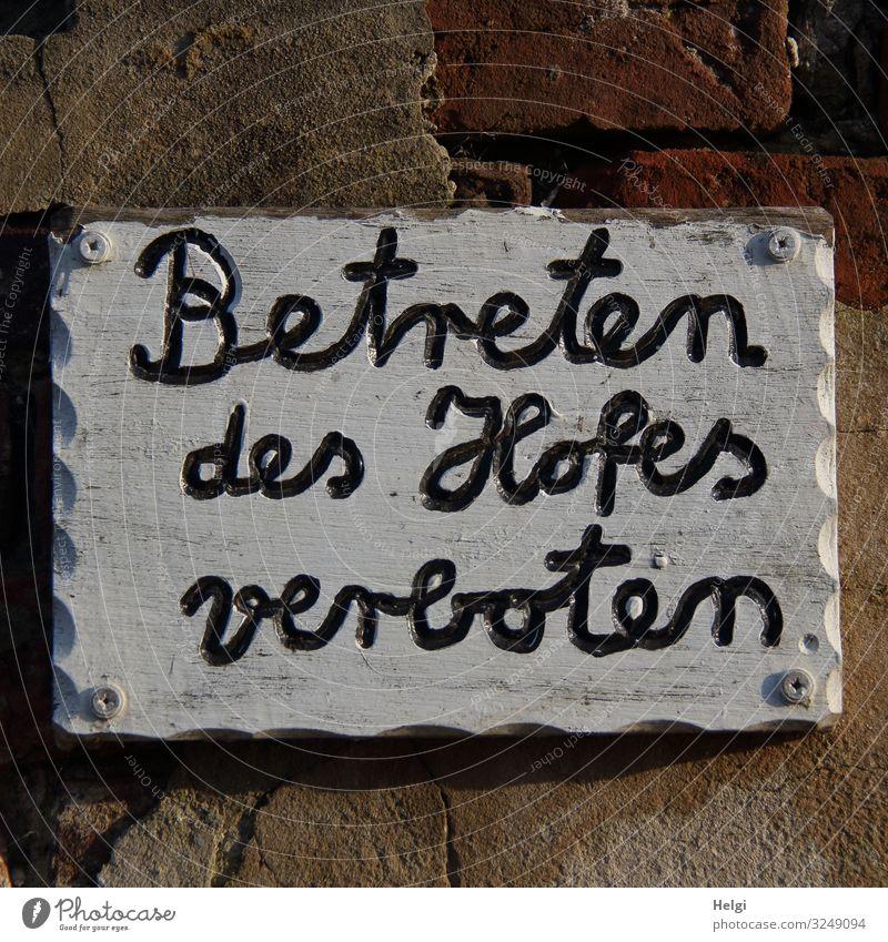 verboten | Geschriebenes weiß schwarz Holz braun grau Angst Schriftzeichen Ordnung Schilder & Markierungen Kreativität authentisch einzigartig Hinweisschild